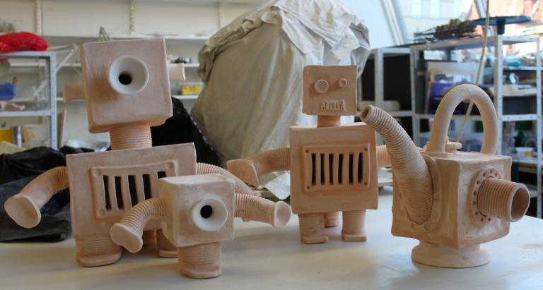 Ett gäng med obränd robotar och en tekanna